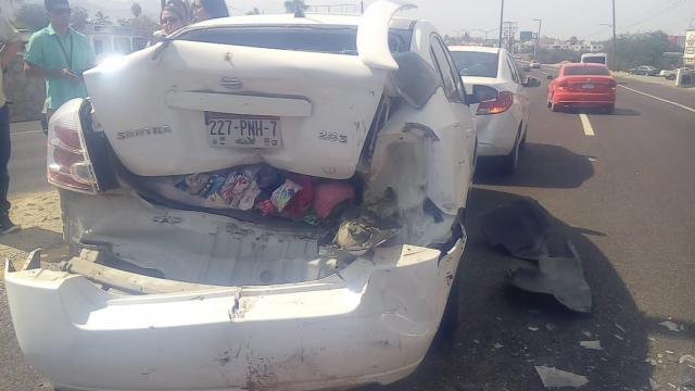 Huye al provocar choque contra dos autos en El Rosarito