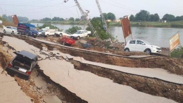 Aumenta a 23 muertos y 300 heridos por sismo en Pakistán