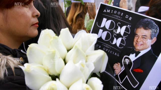 Cortejo fúnebre con cenizas de José José llega a Bellas Artes