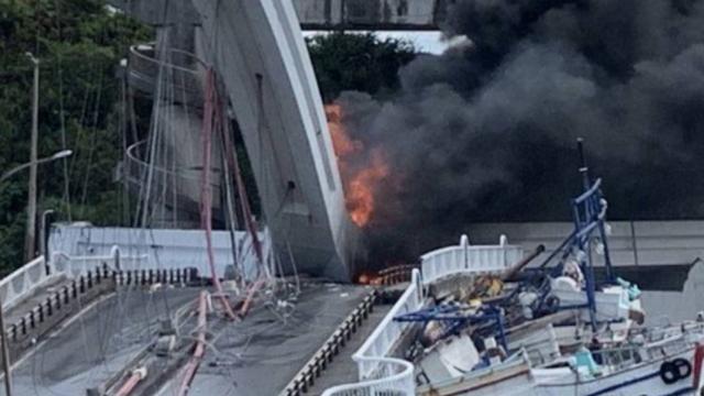 Colapsa puente sobre barcos pesqueros en Taiwán