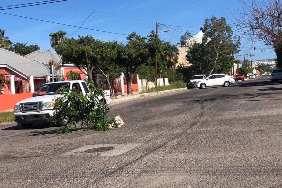 Coladera peligrosa en el centro de La Paz