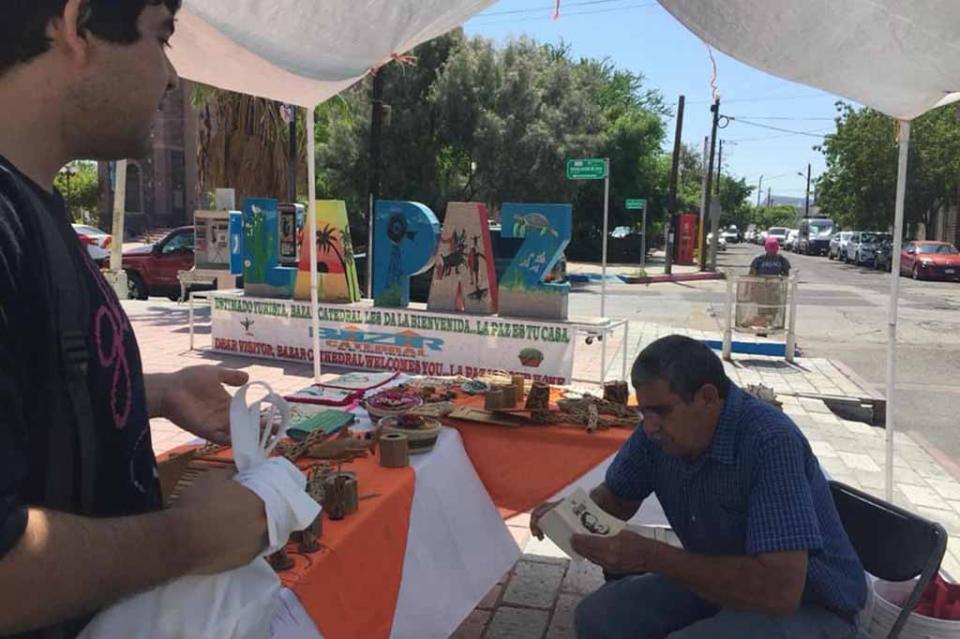 Con cuadernillo de poemas, universitarios promueven la lectura en las calles y camiones