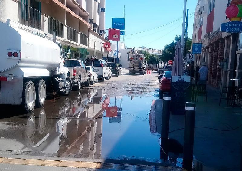 Fuga de agua potable en la calle Mutualismo.