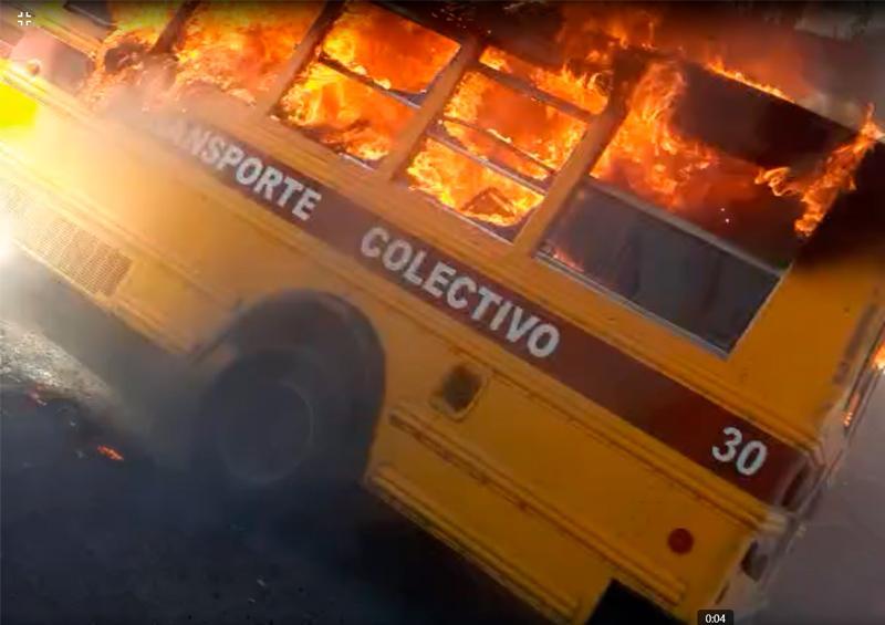 Se incendia unidad de transporte en Paraíso del Sol