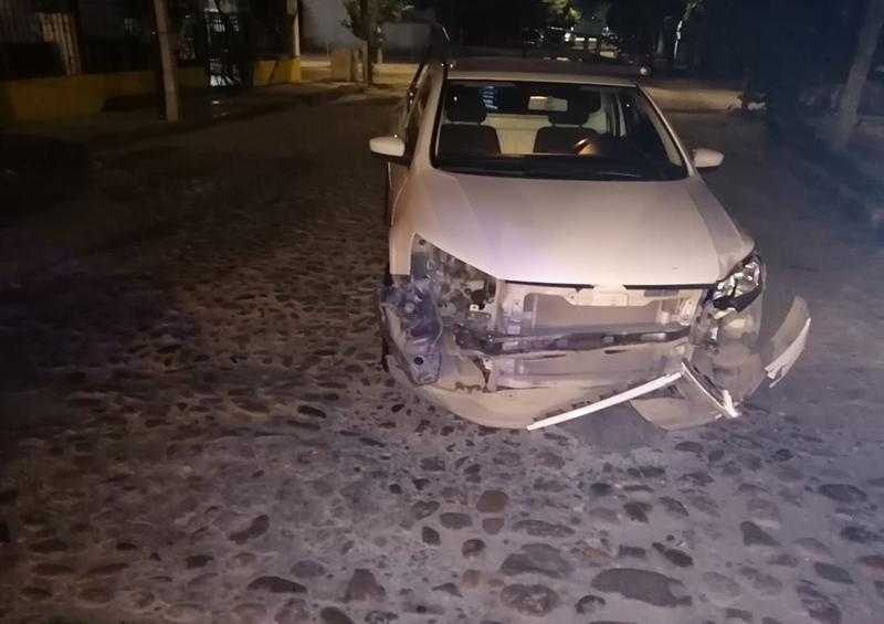Accidente entre vehículo y motocicleta en Col. Aramara