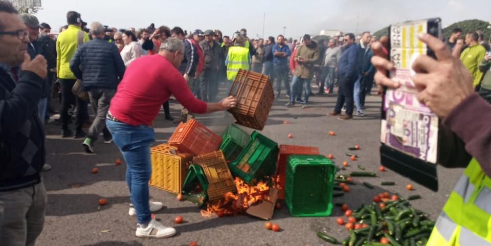 Agricultores en España protestan cerrando carreteras