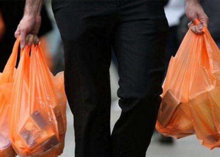 Amonestan a 76 negocios por entregar bolsas de plástico en la CDMX