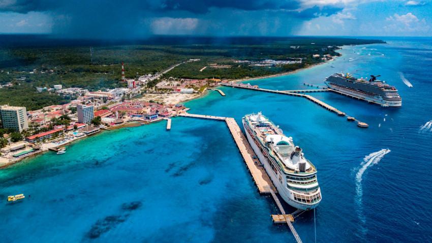 Crucero atraca en Cozumel; pasajeros continúan en la embarcación