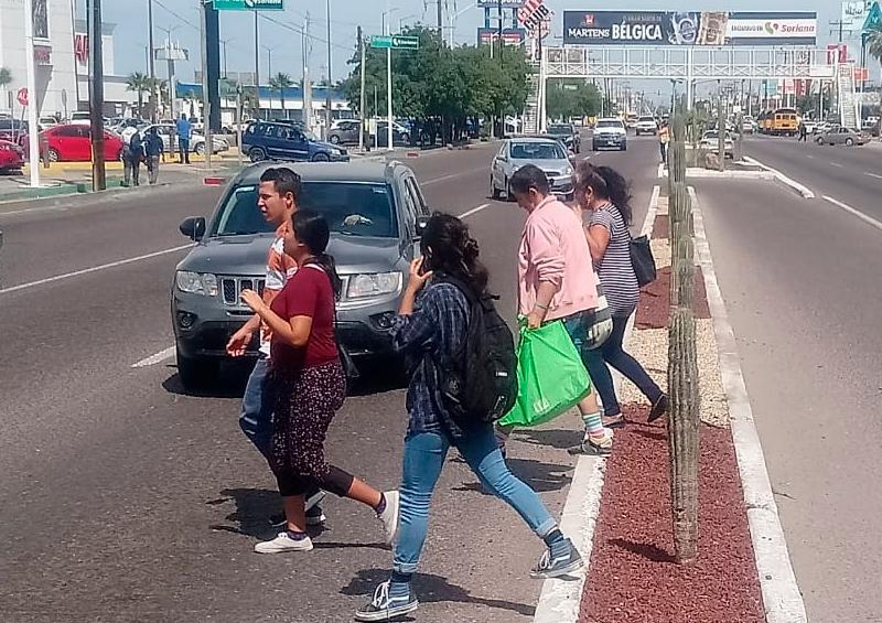 Paceños continúan sin hacer uso de los puentes peatonales