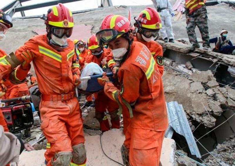 Continúan buscando en los escombros del hotel en china