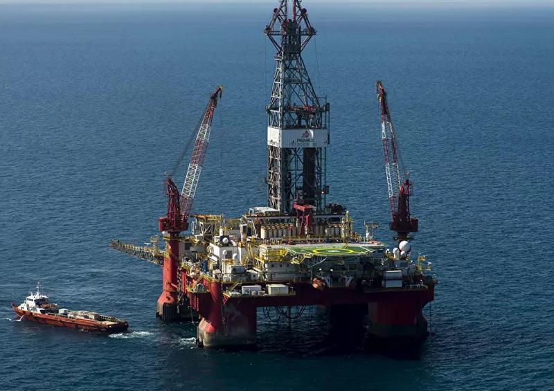 Derrumbe de precios del petróleo desafía al sector energético mexicano