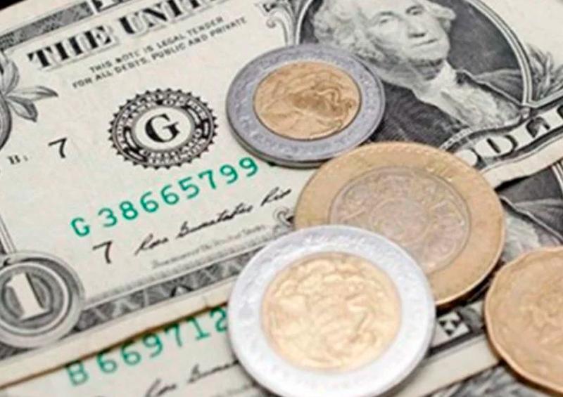 Peso regresa debajo de la barrera de los 24 por dólar