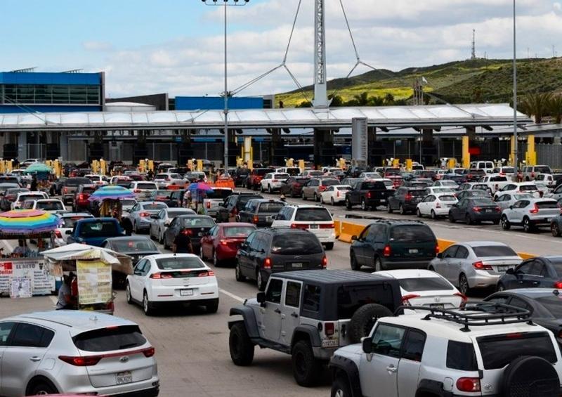 Tras anuncio de Trump, autos hacen largas filas para cruzar frontera en Tijuana
