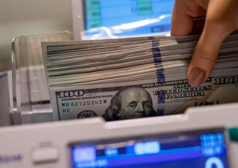 Dólar cierra por primera vez arriba de 25 pesos en bancos