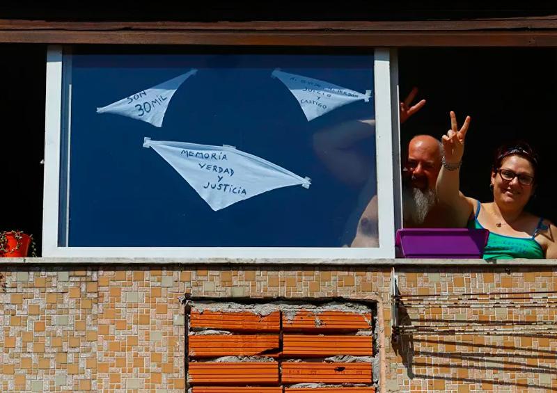 Argentina muestra pañuelos blancos en aniversario del golpe de Estado