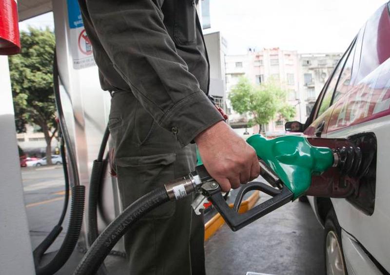 Gasolineras han bajado precios hasta cuatro pesos por litro