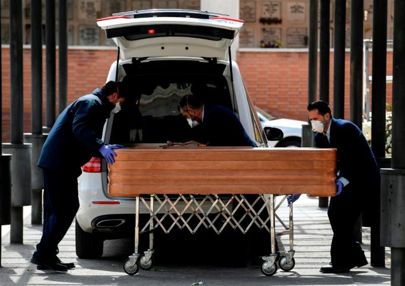España supera las muertes de China por coronavirus, con 3.434