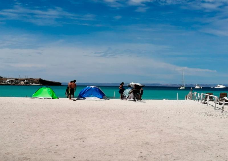 Persisten personas acampando y visitando playas