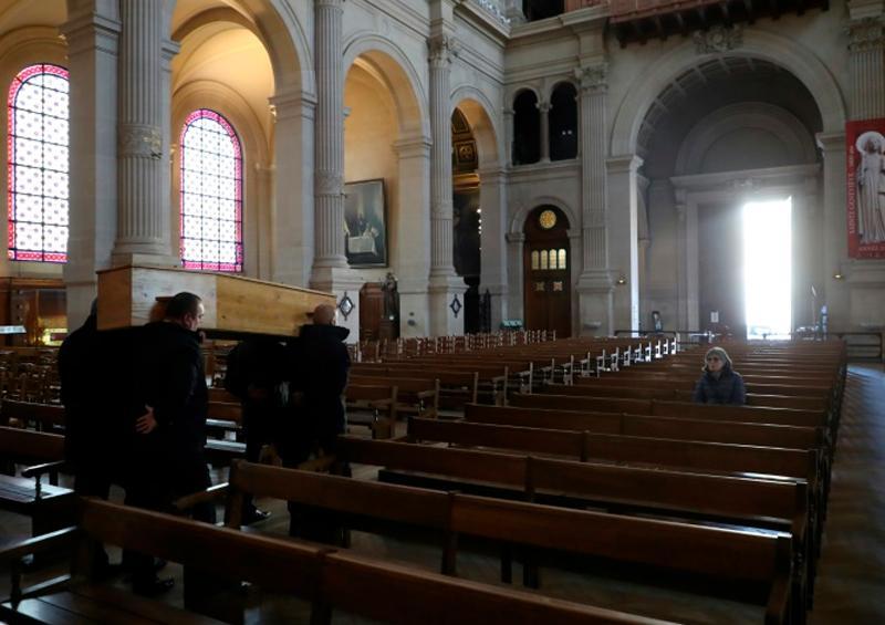 """""""Llegan tantos féretros que no sabemos ni dónde meterlos"""": Funeraria en París"""