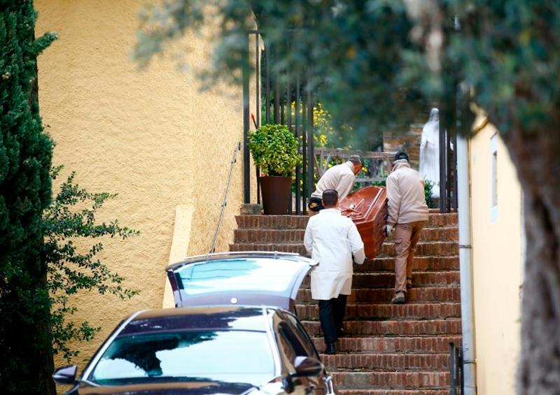 España prohíbe las ceremonias fúnebres en su lucha contra el coronavirus