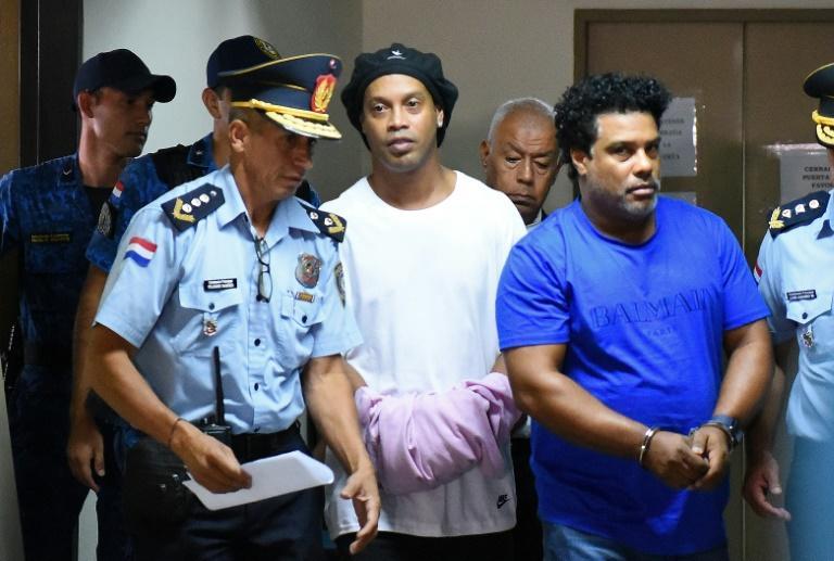 Ronaldinho fue presentado esposado ante una jueza