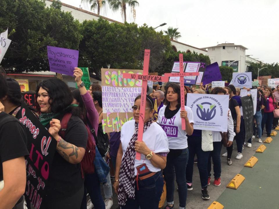 Marchan más de 5 mil mujeres en La Paz contra la violencia de género