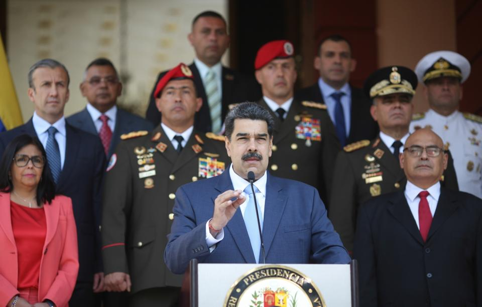 Venezuela cierra fronteras y pide tregua a EU, Brasil y Colombia