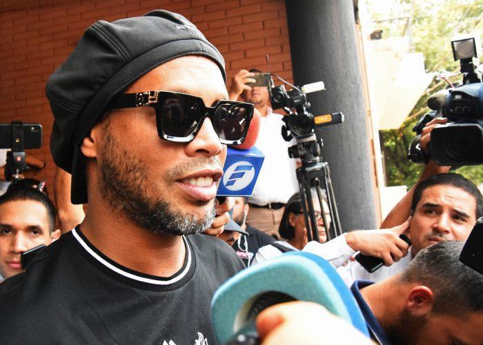 Ronaldinho marca 5 goles en su primer partido entre rejas