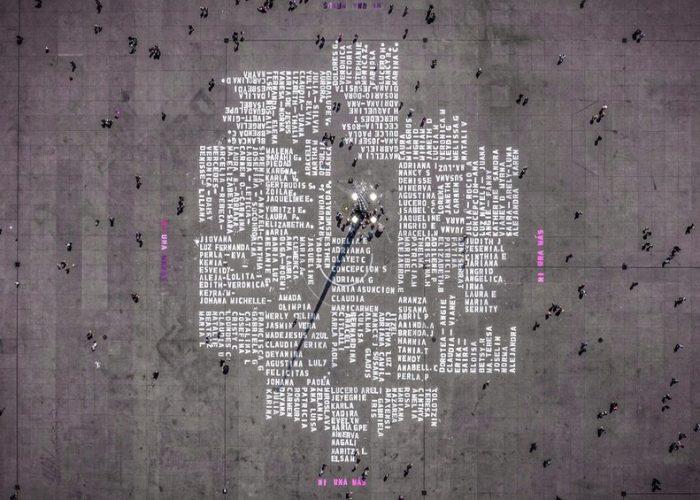 Pintan nombres de víctimas de feminicidio en el Zócalo de la CDMX