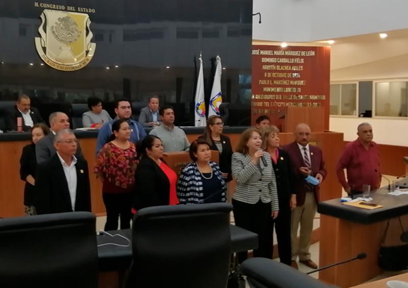 Entre diputados destituidos y una legislatura fragmentada, le tomó protesta al diputado Gregorio Vega Márquez.