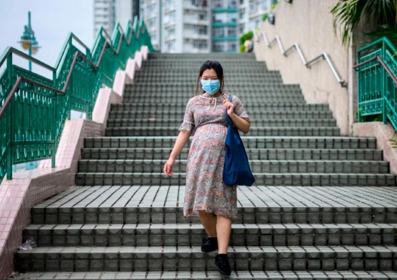 El coronavirus tiñe de miedo y soledad embarazos y partos