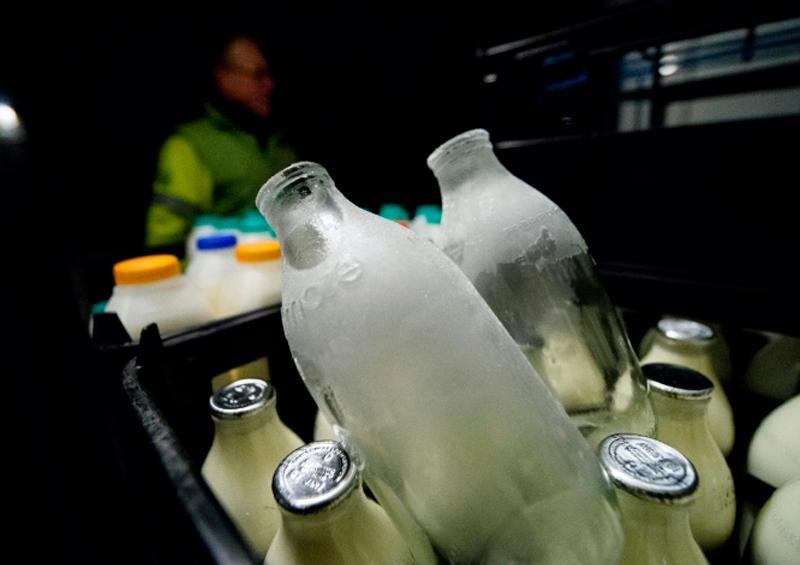 Con menos clientes, los granjeros británicos tienen que tirar la leche
