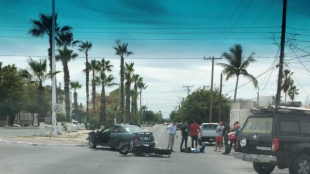 Se impactan motocicleta y automóvil