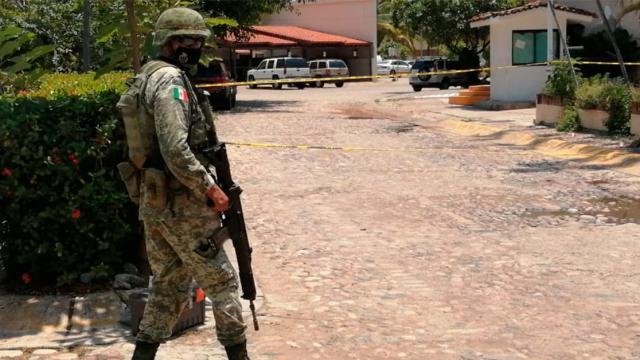 Militar a las afueras de un hotel