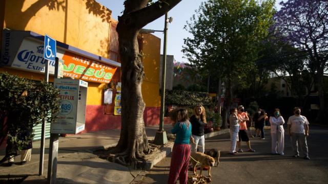 Vecinos de la colonia Portales tras escuchar la alerta sísmica