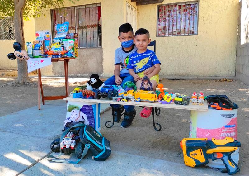 A sus 9 años, intercambia juguetes por alimentos no perecederos