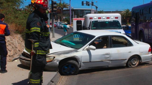 Pierde el control y choca frente a un semáforo en San José
