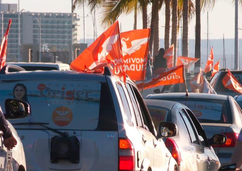 Andrea Geiger encabeza caravana vehicular por la ciudad de La Paz