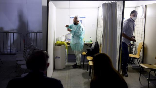 Centro de vacunación contra covid-19 en París