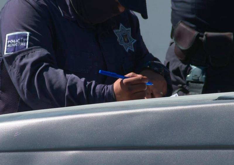 Policía escribiendo