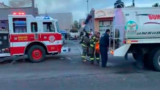 Se incendia camper dentro un taller de reparación de motores de embarcación
