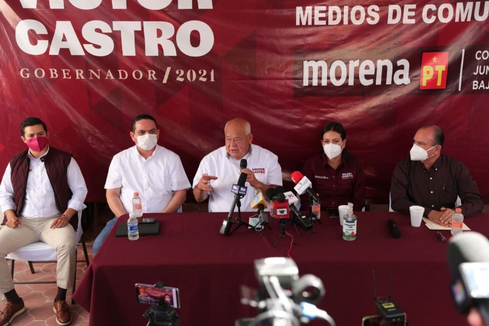 Víctor Castro y trabajadores de El Boleo