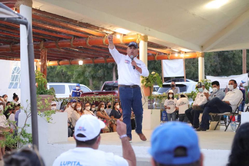 Pancho Pelayo en reunión con maestros de San José del Cabo