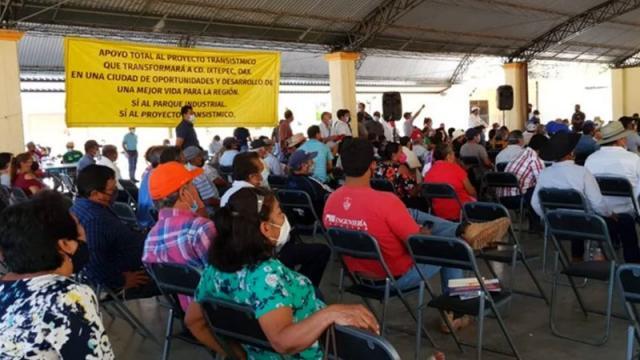 Campesinos denuncian a funcionaria por presionarlos